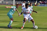 ATENÇÃO EDITOR: FOTO EMBARGADA PARA VEÍCULOS INTERNACIONAIS - SÃO PAULO, SP, 18 DE NOVEMBRO DE 2012 - CAMPEONATO BRASILEIRO - SÃO PAULO x NAUTICO: Cortez (d) e Souza (e) durante partida São Paulo x Nautico válida pela 36ª rodada do Campeonato Brasileiro de 2012 no Estádio do Morumbi. FOTO: LEVI BIANCO - BRAZIL PHOTO PRESS
