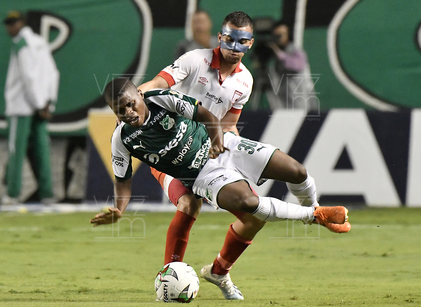 PALMIRA - COLOMBIA, 13-11-2019: Deiber Caicedo del Cali disputa el balón con Daniel Giraldo de Santa Fe durante partido entre Deportivo Cali e Independiente Santa Fe por la fecha 2, cuadrangulares semifinales, de la Liga Águila II 2019 jugado en el estadio Deportivo Cali de la ciudad de Palmira. / Deiber Caicedo of Cali vies for the ball with Daniel Giraldo of Santa Fe during match between Deportivo Cali and Independiente Santa Fe for the date 2, quadrangular semifinals, as part Aguila League II 2019 played at Deportivo Cali stadium in Palmira city. Photo: VizzorImage / Gabriel Aponte / Staff