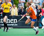 BLOEMENDAAL - Joelle Ketting (Bl'daal)   , 2e play out wedstrijd tussen Bloemendaal-HGC dames (2-0). op de achtergrond scheidsrechter Fanneke Alkemade.  COPYRIGHT KOEN SUYK