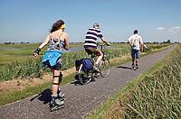 Inline skaten en fietsen op de dijk in Durgerdam
