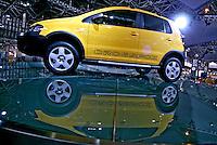 Carros no Salão do Automóvel. São Paulo. 2006. Foto de Caetano Barreira.