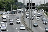 SÃO PAULO, SP, 28 JANEIRO DE 2013  - TRANSITO SP - Motorista enfrenta congestionamento entre marginal do Rio Tietê sentido Rod Ayrton Sena, altura da Ponte da Casa Verde,  na manhã dessa segunda-feira, 28, zona central da capital - FOTO: LOLA OLIVEIRA - BRAZIL PHOTO PRESS
