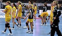 EHF Champions League Handball Damen / Frauen / Women - HC Leipzig HCL : SD Itxako Estella (spain) - Arena Leipzig - Gruppenphase Champions League - im Bild: ein bedrücktes HCL-Team nach dem Abpfiff und der feststehenden Niederlage. Foto: Norman Rembarz .