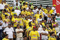 NEIVA, COLOMBIA, 24-04-2016: JHinchas del Huila animan asu equipo durante el partido entre Atlético Huila y Deportes Tolima por la fecha 14 de la Liga Águila I 2016 jugado en el estadio Guillermo Plazas Alcid de la ciudad de Neiva./ Fans of Huila cheer for their team the match between Atletico Huila and Deportes Tolima for the date 14 of the Aguila League I 2016 played at Guillermo Plazas Alcid in Neiva city. VizzorImage / Sergio Reyes / Cont