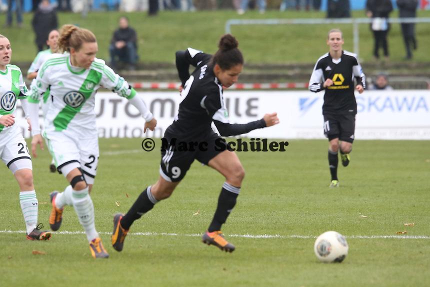 Celian Sasic (FFC) setzt sich durch und bereitet das 1:0 vor - 1. FFC Frankfurt vs. VfL Wolfsburg, DFB-Pokal