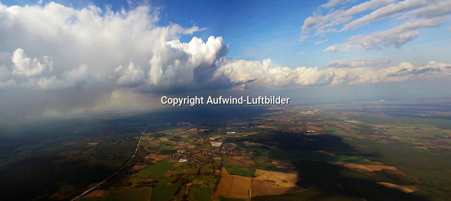 Schauerlinie: EUROPA, DEUTSCHLAND, NIEDERSACHSEN, BISPINGEN (EUROPE, GERMANY), 23.03.2014: Schauerlinie im Anflug auf Hamburg Boberg