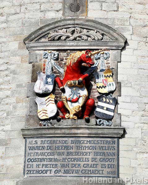 De Hoofdtoren in Hoorn. Gevelsteen met het wapen van Hoorn