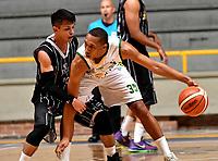 BOGOTA – COLOMBIA - 21 – 05 - 2017: David Hernandez (Izq.) jugador de Piratas, disputa el balón con Larry Cardona (Der.) jugador de Cimarrones, durante partido entre Piratas de Bogota y Cimarrones de Choco por la fecha 2 de Liga  Profesional de Baloncesto Colombiano 2017 en partido jugado en el Coliseo El Salitre de la ciudad de Bogota. / David Hernandez (L) player of Piratas, fights for the ball with Larry Cardona (R) player of Cimarrones, during a match between Piratas of Bogota and Cimarrones of Choco, of the  date 2 for La Liga  Profesional de Baloncesto Colombiano 2017, game at the El Salitre Coliseum in Bogota City. Photo: VizzorImage / Luis Ramirez / Staff.