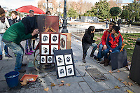 Una coppia di fotografi realizzano ritratti utilizzando una vecchia camera nel centro di Madrid