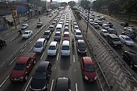 SAO PAULO, SP, 13 DE MAIO 2013, TRANSITO. A Radial Leste em direcao do centro de Sao Paulo apresenta transito intenso na manha dessa segunda-feira (13) na altura do bairro da Mooca. LUIZ GUARNIERI/BRAZIL PHOTO PRESS