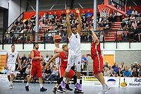 UITHUIZEN = Basketbal, Donar - Aris, voorbereiding seizoen 2017-2018, 02-09-2017,  Donar speler Stephen Domingo mist de bal onder basket