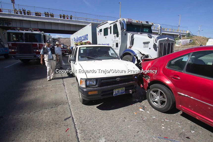 San Juan del Río, Qro., diciembre 08 del 2016.- Total caos se vivió en la autopista México-Querétaro al registrarse tres accidentes automovilísticos entre los kilómetros 159 al 161, dejando como saldo 10 vehículos dañados, dos personas lesionadas y la rapiña de un camión cargado con toneladas de zanahorias, provocando el cierra en dos carriles a la circulación vial.