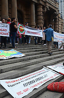 SAO PAULO, 31 DE MAIO DE 2012 - MANIFESTACAO MORADIA - Manifestantes da FLM (Frente de Luta por Moradia) e organizacoes que compartilham da luta, em concentracao na frente do Teatro Municipal, regiao central da cidade. Os presentes manifestam contra possiveis reeintegracoes de posse que estariam em andamento no centro da cidade e desabrigariam cerca de 560 familias e mais de 2000 pessoas. FOTO: ALEXANDRE MOREIRA - BRAZIL PHOTO PRESS