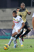 ITAGÜÍ -COLOMBIA-12-03-2014. Tresor Moreno (Der) jugador de Itaguí disputa el balón con David Valencia (Izq) jugador de Alianza Petrolera en partido por la fecha 10 de la Liga Postobon I 2014 jugado en el estadio Metropolitano de Itaguí./ Tresor Moreno (R) player of Itagui figths the ball with David Valencia (L) player of Alianza Petrolera during match valid for the 10th date of the Postobon League I 2014 played at Metropolitano stadium in Itaguí city.  Photo: VizzorImage/Luis Ríos/STR