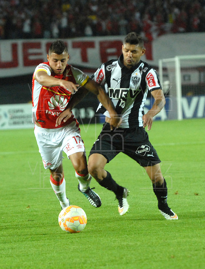 BOGOTA- COLOMBIA – 18-03-2015: Juan Roa (Izq.) jugador del Independiente Santa Fe de Colombia, disputa el balon con Carlos (Der.) jugador de Atletico Mineiro de Brasil, durante partido entre Independiente Santa Fe de Colombia y Atletico Mineiro de Brasil, por la segunda fase, grupo 1, de la Copa Bridgestone Libertadores en el estadio Nemesio Camacho El Campin, de la ciudad de Bogota. / Juan Roa (L) player of Independiente Santa Fe of Colombia, figths for the ball with Carlos (R) jugador of Atletico Mineiro of Brasil during a match between Independiente Santa Fe of Colombia and Atletico Mineiro of Brasil for the second phase, group 1, of the Copa Bridgestone Libertadores in the Nemesio Camacho El Campin in Bogota city. Photo: VizzorImage / Luis Ramirez / Staff.