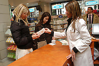 Farmacista nel suo negozio. Pharmacist in his store..   .