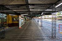 CURITIBA, PR, 26.02.2014 - GREVE / TRANSPORTE PÚBLICO - Na manhã desta quarta-feira (26)Curitiba e região metropolitana amanheceu com greve de motoristas e cobradores do transporte público. A greve por tempo indeterminado atingi 100%, foi deflagrada a noite da última terça-feira(25), em uma assembleia com participação de três mil trabalhadores na Praça Rui Barbosa. O Sindimoc e o Sindicato das Empresas de Transporte Urbano e Metropolitano de Passageiros de Curitiba e Região Metropolitana (Setransp) não chegaram a um consenso sobre o reajuste para as categorias.Na foto terminal de ônibus Campina do Siqueira, bairro do Bigorrilho.(Foto: Paulo Lisboa / Brazil Photo Press)