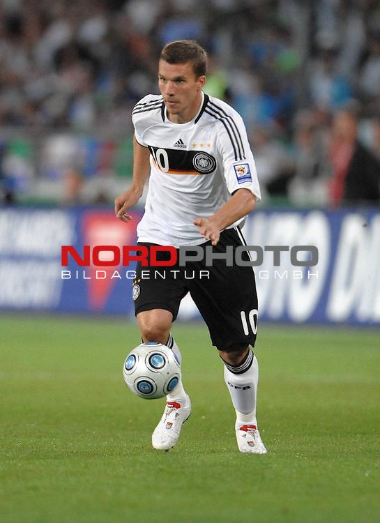 Fussball, L&auml;nderspiel, WM 2010 Qualifikation Gruppe 4 in D&uuml;sseldorf<br />  Deutschland (GER) vs. Aserbaidschan ( AZE )<br /> <br /> Lukas Podolski ( GER / Koeln #10 )<br /> <br /> <br /> Foto &copy; nph (  nordphoto  )<br />  *** Local Caption *** <br /> <br /> Fotos sind ohne vorherigen schriftliche Zustimmung ausschliesslich f&uuml;r redaktionelle Publikationszwecke zu verwenden.<br /> Auf Anfrage in hoeherer Qualitaet/Aufloesung