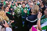 Stockholm 2013-06-23 Fotboll Superettan , Hammarby IF - &Auml;ngelholms FF :  <br /> Hammarby 10 Kennedy Bakircioglu h&auml;lsar p&aring; supportrar ute p&aring; planen n&auml;r han &auml;r ut kransen inf&ouml;r ceremonin med kransnedl&auml;ggning efter att sista matchen p&aring; S&ouml;derstadion mellan Hammarby och &Auml;ngelholm spelats klart. <br /> (Foto: Kenta J&ouml;nsson) Nyckelord:  supporter fans publik supporters