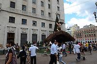 ATENCAO EDITOR: FOTO EMBARGADA PARA VEICULOS INTERNACIONAIS. SAO PAULO, SP, 07 DE DEZEMBRO DE 2012 - Homens trabalham na finalizacao da montagem do presepio de natal que decora a frente da Prefeitura de Sao Paulo na tarde desta sexta feira, 07, regiao central da capital . FOTO: ALEXANDRE MOREIRA - BRAZIL PHOTO PRESS.