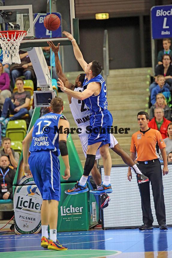 Antonio Graves (Artland) gegen Andy Rautins (Skyliners) - Fraport Skyliners vs. Artland Dragons Quakenbrueck, Fraport Arena Frankfurt