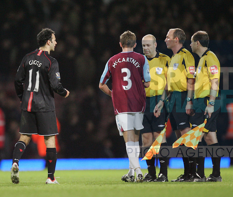 Manchester United's Ryan Giggs has words with referee Mike Dean att eh final whistle