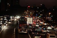 SÃO PAULO-SP-22,08,2014-TRÂNSITO/AVENIDA REBOUÇAS- O MOtorista segue com lentidão na Avenida Rebouças sentido Butantã,na região Oeste da cidade de São Paulo,na noite dessa sexta-feira,22(Foto:Kevin David/Brazil Photo Press)