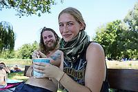 Mit einem Eis erfrischen sich Jana Beisenherz (r.) und ihr Freund Dominik Kurth (l.)