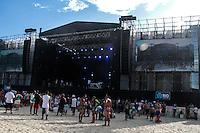 RIO DE JANEIRO, RJ, 31.12.2013 - As pessoas já se concentram perto do palco principal, em frente ao Copacabana Palace, à espera dos shows e queima de fogos do Réveillon do Rio de Janeiro que espera cerca de 2,3 milhões de pessoas na praia de Copacabana. (Foto. Néstor J. Beremblum / Brazil Photo Press)