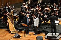 RIO DE JANEIRO, RJ, 16 AGOSTO 2012 -  ANIVERSARIO DA JB FM- O cantor Caetano Veloso e Djavan participam com a Orquestra Sinfonica Brasileira do aniversario da Radio JBFM no Theatro Municipal, na Cinelandia, centro do Rio de Janeiro.(FOTO:MARCELO FONSECA / BRAZIL PHOTO PRESS).