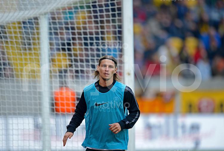 Fussball, 2. Bundesliga, Saison 2012/13, SG Dynamo Dresden - SC Paderborn, Freitag (03.05.13),  Dresdens Dzmitry Khlebasolau beim warm laufen.