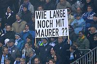 Fussball 2. Bundesliga:  Saison   2012/2013,    14. Spieltag  TSV 1860 Muenchen - 1. FC Koeln  16.11.2012 1860 Fan mit Plakat wie lange noch mit Trainer Reiner Maurer (1860 Muenchen)