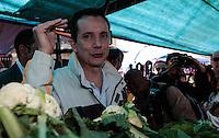 SAO PAULO, SP, 07 AGOSTO 2012 - ELEICOES SP - CELSO RUSSOMANNO - O candidato a prefeitura de Sao Paulo pelo PRB Celso Russomanno durante visita Feira Livre do Bairro Limoreiro, em Sao Miguel regiao leste da capital paulista, nesta terca-feira, 07. (FOTO: VANESSA CARVALHO / BRAZIL PHOTO PRESS).