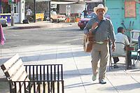 Paleteros, boleros, mœsicos, una diversidad de vendedores ambulantes y personajes se pueden observar en el tradicional Jard'n Ju‡rez del centro de la ciudad.