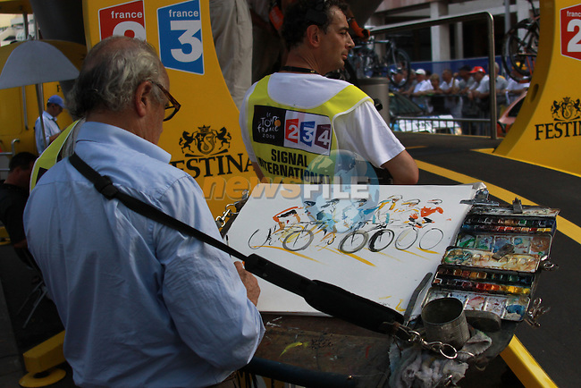 An artist captures the action from the first stage prologue in the 2009 Tour de France, 4th July 2009 (Photo by Manus OReilly/NEWSFILE)