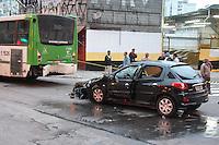 SAO PAULO, SP, 17/06/2012, ACID AV SAO JOAO. um veiculo colidiu fortemente contra a traseira de um onibus na madrygada desse Domingo (17) na Av. Sao Joao cruzamento com a Rua Ana Cintra. Quatro pessoas ficaram feridas, uma delas em estado grave. Luiz Guarnieri/ Brazil Photo Press.