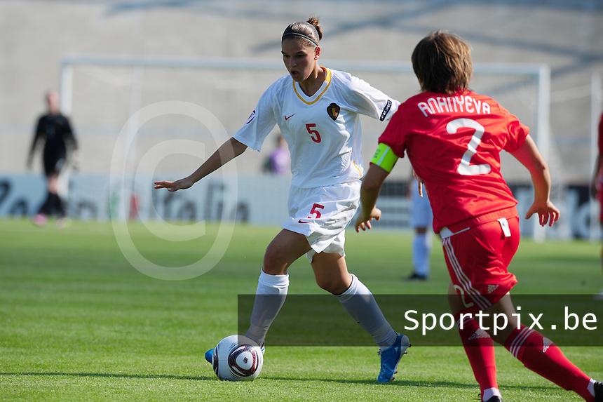 European Women's Under - 19 Championship 2011 Italy : Russia - Belgium U19 : Anais Renier aan de bal voor Tatiana Ananyeva.foto DAVID CATRY / VROUWENTEAM.BE