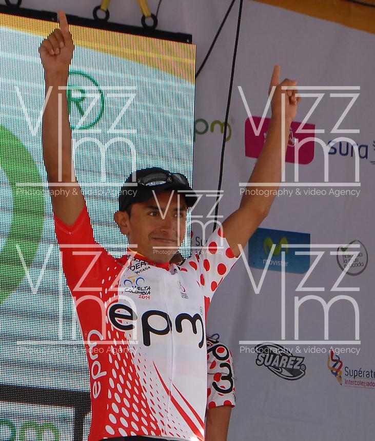 COLOMBIA. 08-08-2014. Miguel Angel Rubiano recibe la camiseta de líder de la montaña al final de la etapa 3, Barbosa – Chiquinquirá – Tunja – 123.2 Km, de la Vuelta a Colombia 2014 en bicicleta que se cumple entre el 6 y el 17 de agosto de 2014. / Miguel Angel Rubiano cyclist receives the red points shrit as mountain leader at he end of the stage 3, Barbosa – Chiquinquira – Tunja – 123.2 Km, of the Tour of Colombia 2014 in bike holds between 6 and 17 of August 2014. Photo:  VizzorImage/ José Miguel Palencia / Str