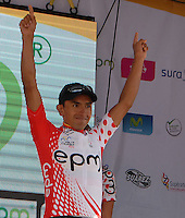 COLOMBIA. 08-08-2014. Miguel Angel Rubiano recibe la camiseta de líder de la montaña al final de la etapa 3, Barbosa – Chiquinquirá – Tunja – 123.2 Km, de la Vuelta a Colombia 2014 en bicicleta que se cumple entre el 6 y el 17 de agosto de 2014. / Miguel Angel Rubiano cyclist receives the red points shrit as mountain leader at he end of the stage 3, Barbosa – Chiquinquira – Tunja – 123.2 Km, of the Tour of Colombia 2014 in bike holds between 6 and 17 of August 2014. Photo:  VizzorImage/ José Miguel Palencia / Str