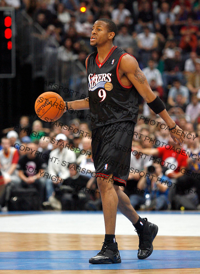 Philadelphia 76ers Andre Iguodala, dribbles, during a NBA Live Tour friendly basketball match between Philadelphia 76ers and Phoenix Suns at the Koeln Arena in Cologne, Germany, Tuesday, Oct. 10, 2006. (Srdjan Stevanovic)<br />