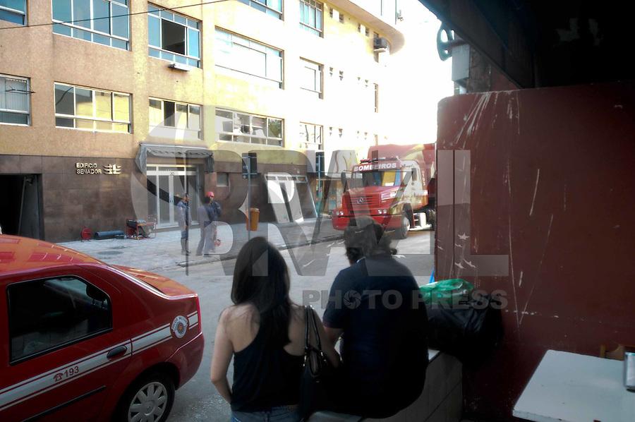 SÃO BERNARDO DO CAMPO, SP,08 FEVEREIRO 2012-Proprietarios de salas comercial espera a autorizacao dos bombeiros para entrer no predio.  Desabamento  prédio comercial, na esquina da avenida Índico com a rua Jurubatuba, no centro de São Bernardo do Campo, no ABC, desabarem parcialmente por volta das 19h40 desta segunda-feira (6).(FOTO: ADRIANO LIMA - NEWS FREE).