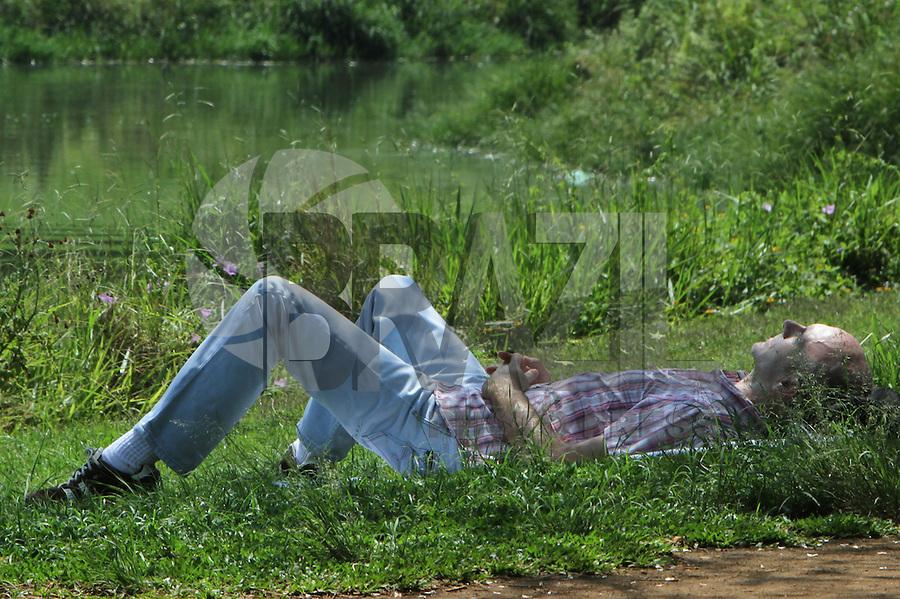 ATENÇÃO EDITOR FOTO EMBARGADA PARA VEÍCULOS INTERNACIONAIS. SÃO PAULO, 30 DE OUTUBRO DE 2012 - CALOR EM SP - Com o sol e forte calor pessoas aproveitam para caminhar se exercitar e descansar no inicio da tarde no parque Ibirapuera na zona sul da cidade, hoje a temperatura na capital deve atingir mais de 35 graus. Terça feira, 30. FOTO LEVY RIBEIRO - BRAZIL PHOTO PRESS