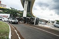 SÃO PAULO,SP, 14.01.2019 - ACIDENTE-SP - <br /> Caminhão tomba no acesso a zona leste sentido Avenida Anhaia Mello em São Paulo nesta segunda-feira, 14. Ninguém ficou ferido. (Foto: Amauri Nehn/Brazil Photo Press)