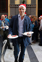 L'attore Alessandro Preziosi serve a tavola durante il pranzo di  Natale offerto ai poveri nella Galleria Principe di Napoli<br /> <br /> <br /> italian  actor Alessandro Preziosi  serving meals during  a  charity cristmas lunch for 1500 people at galleria Principe in Naples 24 december, 2013