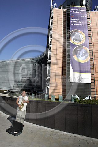 BRUSSELS - BELGIUM - 17 JULY 2006 -- A huge poster on the Berlaymont building, the EU-Commission welcoming Slovenia to the monetary union. -- PHOTO: JUHA ROININEN / EUP-IMAGES
