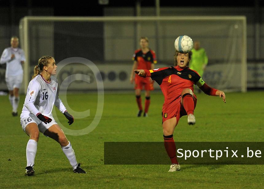 UEFA Women's Euro Qualifying group stage (Group 3) -  KFC Dessel - Armand Melis Stadion : BELGIUM - NORWAY ( Belgie - Noorwegen) : Maud Coutereels aan de bal voor Elise Thorsnes.foto DAVID CATRY / Vrouwenteam.be / Loft6.be