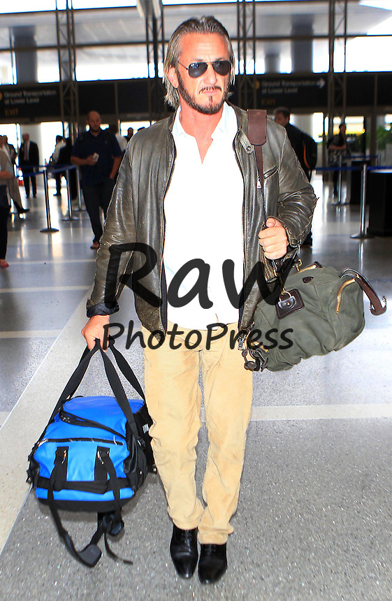 Sean Penn ha llegado al aeropuerto internacional de Los &Aacute;ngeles.<br /> <br /> Photo &copy; 2015 PRI/The Grosby Group<br /> <br /> Los Angeles, October 27, 2015.<br /> <br /> Sean Penn spotted at LAX.