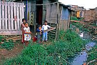 Crianças na favela de Heliópolis em São Paulo. 1994. Foto de Juca Martins..