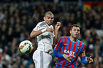 Real Madrid´s Pepe (L) and Levante´s Navarro during La Liga match at Santiago Bernabeu stadium in Madrid, Spain. March 15, 2015. (ALTERPHOTOS/Victor Blanco)