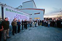 Nuevo Laredo, Tamaulipas 17 diciembre 2015.- Con la asistencia por cuarto a&ntilde;o consecutiva de Francisco Dom&iacute;nguez Servi&eacute;n, inici&oacute; en punto de las 5:00am la sexta edici&oacute;n de La Caravana del Migrante en Laredo Texas. Luego de cruzar la frontera los migrantes se congregaron el en Centro C&iacute;vico de Nuevo Laredo donde se reorganizaron y recibieron la bendicion de &quot;El padre Migrante&quot; Aristeo Olvera para luego dar paso al banderazo de salida de la caravana encabezada por Fernando Rocha Mier.  <br /> Foto: Victor Pichardo / Obture Press Agency